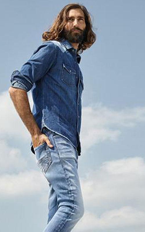 Camisa tejana azul y tejano azul claro de Mac lleida