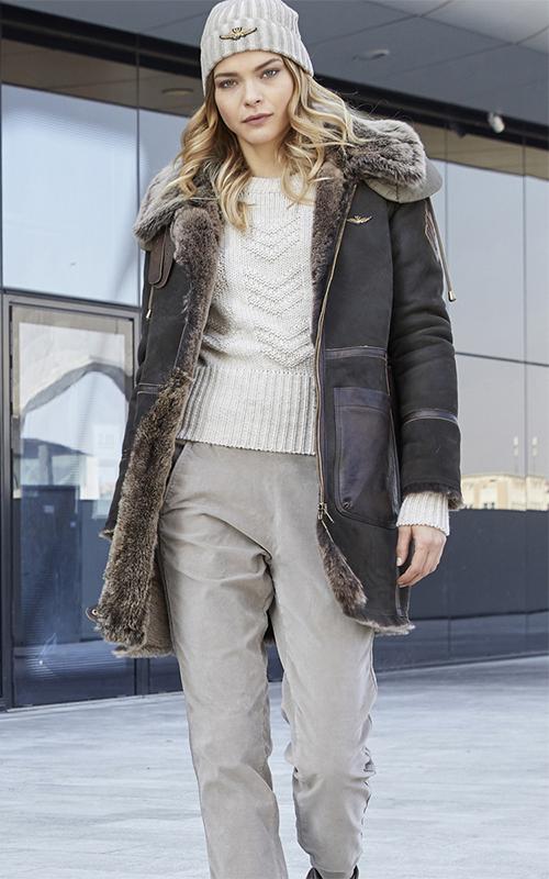 Juclà Parka piel marrón Jersey lana cuello redondo crudo Pantalón pana beige